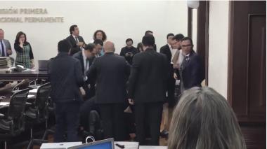 Momento del desmayo deJosé Obdulio Gaviria en la Comisión Primera del Senado.