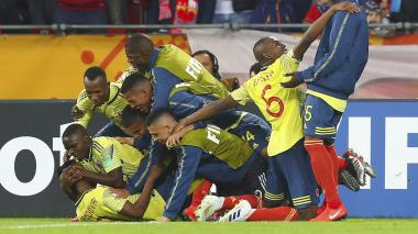 Los jugadores de Colombia se fueron encima del barranquillero Luis Sandoval para festejar el segundo gol.