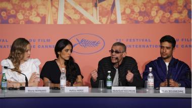 Las actrices Marie Bernard y Hafsia Herzi, el director Abdellatif Kechiche y el actor Shain Boumedine en conferencia de prensa en el Festival de Cannes.