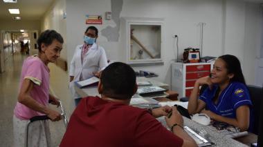 Es frecuente ver a Marina visitar la estación de enfermeras, en donde dialoga con el personal.