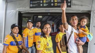 El central barranquillero a su llegada ayer a Barranquilla, junto a sus padres y su hija, que lo fueron a recibir.