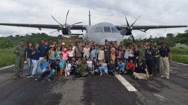 Fuerza Aérea y Ejército llevan a niños del sur de Bolívar a conocer el mar