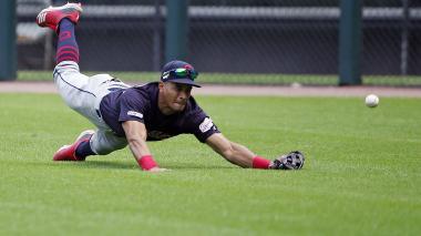 Óscar Mercado intenta atrapar una bola.