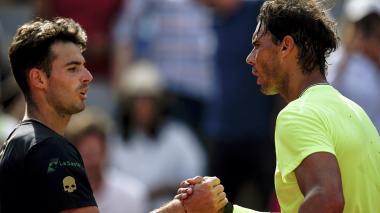 El tenista español Rafael Nadal (der.) saluda al argentino Juan Ignacio Londero tras el juego.