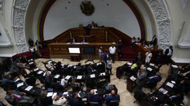 Parlamento venezolano pide más presión contra Maduro por la crisis
