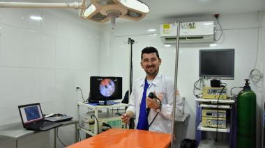 Ariel Mendoza, en la sala de cirugía de su veterinaria y con los equipos de endoscopia para cirugías en perros y gatos.