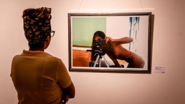 La coordinadora de La Galería, Lisseth Bolívar, durante los ajustes finales de la exposición que se inaugura esta noche.