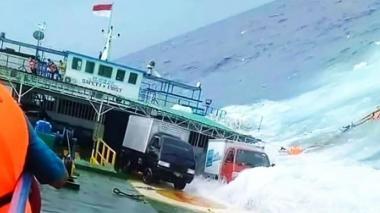 Tres muertos y 14 desaparecidos por el naufragio de un carguero en Indonesia
