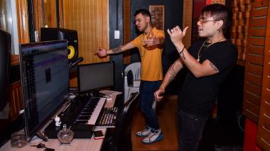 Chase y Ónix producen reguetón en el estudio 'The real lab', ubicado en Barrio Abajo.