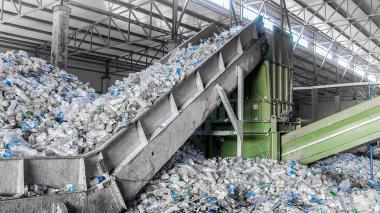 Planta recicladora de botellas de plástico.