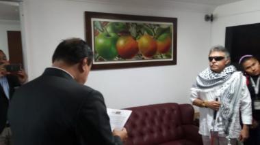 'Jesús Santrich' firmando el acta de posesión.