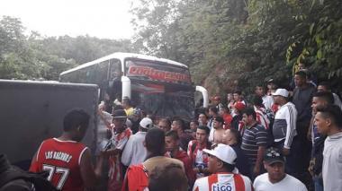 En video | Bus con hinchas de Junior se choca con furgón en vía de Santander