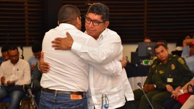 El abrazo de paz entre los exjefes de las Farc y las AUC en Cesar