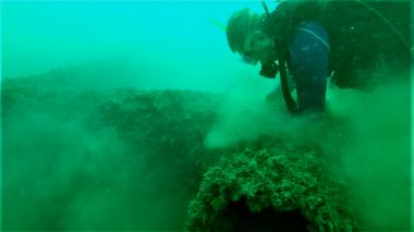 Retiran las mallas de pesca enredadas en arrecifes artificiales de Pozos Colorados
