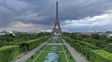 Manos migrantes en la torre Eiffel