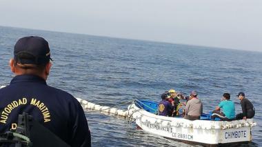 Rescatan pescadores peruanos perdidos en altamar hace un mes