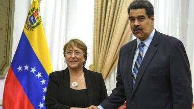 Michelle Bachelet, alta comisionada de la ONU, junto a Nicolás Maduro.