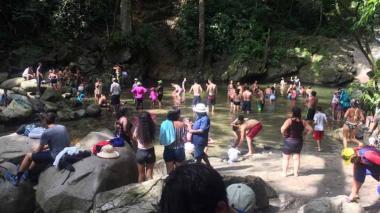 La visita de bañistas a Minca está fuera de control, dicen los nativos. Al menos 40 buses de turismo ingresan por día cada fin de semana.