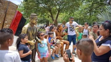 Visitantes se toman una fotografía junto a la escultura del fallecido cantante de música vallenata Martín Elías Díaz.