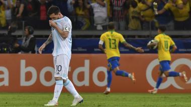 Messi muestra su tristeza mientras Brasil festeja.