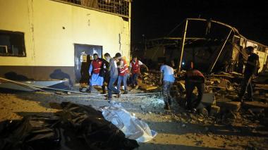 Trabajadores de emergencia rescatan los cuerpos bajo los escombros.
