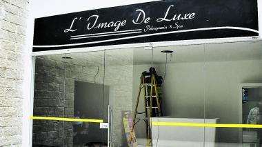 Trabajadores realizan instalaciones en el nuevo local de la peluquería.