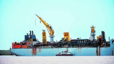 La draga comenzó los trabajos de relimpia en el canal de acceso al puerto.