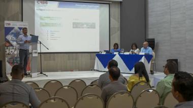 Gerson Castañeda, asesor de la Creg, se dirige a los asistentes de la audiencia de socialización de tarifas.