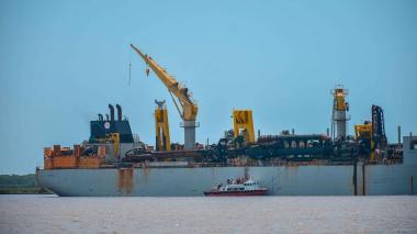 Draga 'Francis Beaufort' navegando por el canal de acceso al Puerto.