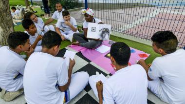 Estudiantes participan de una expedición ilustrada en un parque de la ciudad.