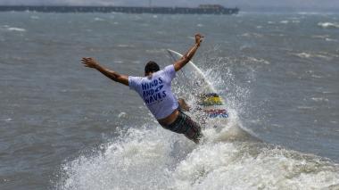 Un surfista practica en las playas de Pradomar.