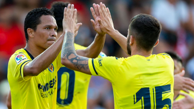 Carlos Bacca celebra el gol junto a sus compañero de equipo.