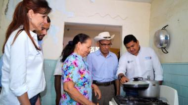 La gobernadora Rosa Cotes con una nueva usuaria de gas natural. La acompaña Ciro Monsalvo de Gases del Caribe.