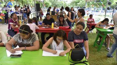 Muchas familias disfrutaron de los talleres de ilustración  en Libraq al parque.