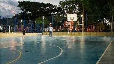 La cancha de baloncesto es cerrada a las 10:30 de la noche y abierta por los guardaparques a las 7:00 de la mañana.