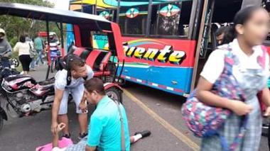 Dos estudiantes lesionadas tras choque entre motocarro y bus en Santo Tomás