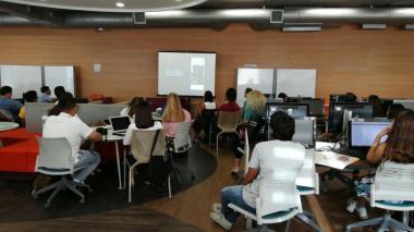 Los estudiantes asistentes al conversatorio durante la proyección del documental La Negociación.