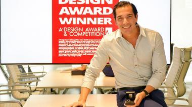 Ricardo De Castro posa con el premio en su oficina, en el norte de Barranquilla.