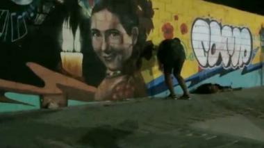En video | Momento en el que grafiteros dañan mural en homenaje a Esthercita Forero