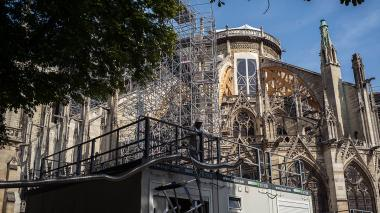 Suspenden las obras de renovación en Notre Dame por temores de exposición de obreros al plomo
