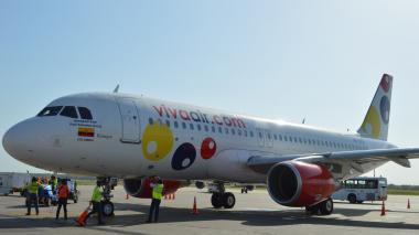 Avión de la aerolínea Viva Air en el Ernesto Cortissoz.