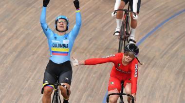 Momento en el que Martha Bayona celebra su medalla obtenida en la pista.