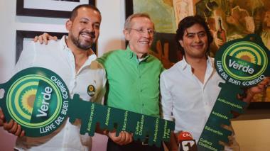 """Diógenes Rosero y Nicolás Petro reciben la """"llave del buen gobierno"""" de la Alianza Verde."""