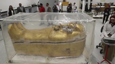 El ataúd dorado del faraón Tutankamón en pleno proceso de restauración.