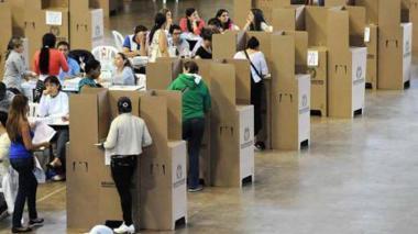 Ciudadanos votan por sus candidatos de preferencia.