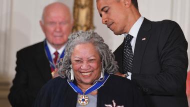El expresidente Barack Obama le entregó Toni Morrison la medalla Presidencial de la Libertad por ser la primera mujer afroamericana en ganar un premio Nobel de Literatura.