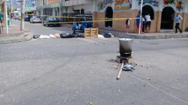Habitantes de Costa Hermosa pusieron una olla de sancocho en la cra 49  con calle 20.