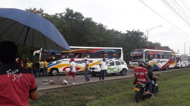 Habitantes de Villa Olímpica bloquean vía principal del sector en Galapa.
