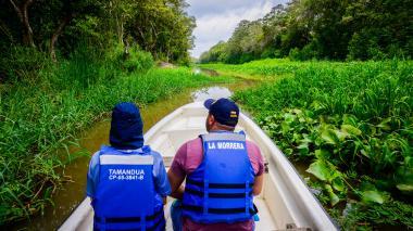 Uno de los guías del parque realiza junto con el equipo de EL HERALDO un recorrido acuático.