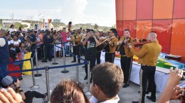 En video | Con mariachis y pudín, la Ventana al Mundo celebra su primer aniversario